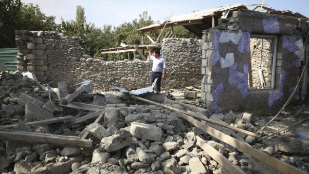 مبنى سكني يُزعم أنه تضرر جراء القصف الأخير خلال القتال على إقليم ناغورني قره باغ الانفصالي في منطقة ترتار، أذربيجان، 30 سبتمبر 2020 (AP Photo / Aziz Karimov)
