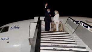 رئيس الوزراء بنيامين نتنياهو وزوجته سارة يستقلان الطائرة إلى واشنطن العاصمة ، في وقت متأخر من يوم 13 سبتمبر 2020، للمشاركة في حفل التوقيع على اتفاقي تطبيع مع الإمارات العربية المتحدة والبحرين في البيت الأببيض. (Avi Ohayon / GPO)