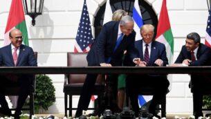 (من اليسار إلى اليمين) وزير الخارجية البحريني عبد اللطيف الزياني، ورئيس الوزراء الإسرائيلي بنيامين نتنياهو، والرئيس الأمريكي دونالد ترامب، ووزير الخارجية الإماراتي، خلال مراسم التوقيع على 'اتفاقية إبراهيم' في البيت الأبيض بالعاصمة واشنطن، 15 سبتمبر ، 2020. (Avi Ohayon / GPO)