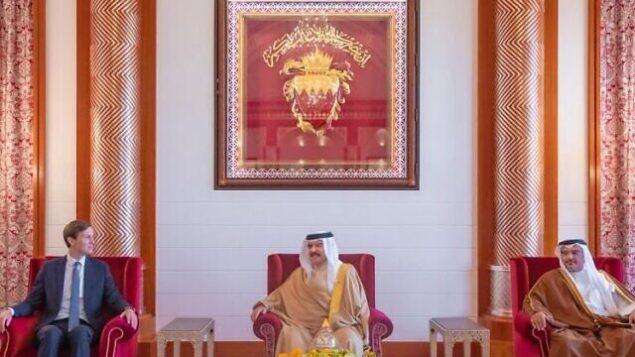 جاريد كوشنر (يمين) يلتقي بملك البحرين وولي العهد في المنامة في أوائل سبتمبر 2020، في صورة نشرتها إيفانكا ترامب في 12 سبتمبر. (Twitter).
