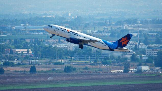 توضيحية: طائرة تابعة لشركة 'يسرائير'  تقلع من مطار بن غوريون الدولي، تل أبيب. 3 سبتمبر، 2015. (Moshe Shai / FLASH90)