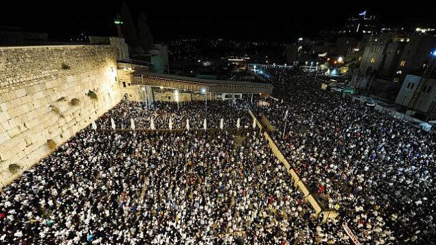 عشرات الآلاف يصلون عند حائط المبكى في البلدة القديمة في القدس في صلاة الغفران (سليحوت)، 27 سبتمبر 2019 (Mendy Hechtman / Flash90)