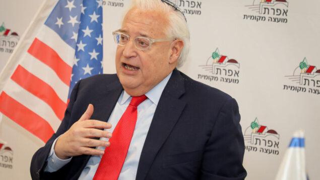 السفير الأمريكي لدى إسرائيل ديفيد فريدمان خلال زيارة إلى مستوطنة إفرات اليهودية في غوش عتصيون، 20 فبراير 2020. (Gershon Elinson / Flash90)