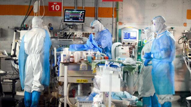 أطباء في جناح كورونا في مركز 'شيبا' الطبي، في رمات غان، 30 يونيو، 2020. (Yossi Zeliger / Flash90)
