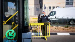 صورة توضيحية: حافلة عند مدخل أحد أحياء أشدود، 2 يوليو 2020، أثناء إغلاق أجزاء من المدينة (Flash90)