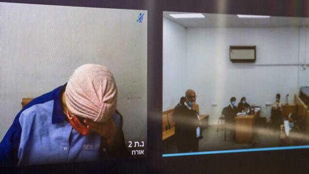 مالكا لايفر تظهر على على شاشة، على يسار الصورة، عبر رابط فيديو خلال جلسة  في المحكمة المركزية في القدس، 20 يوليو، 2020. (Yonatan Sindel / Flash90)