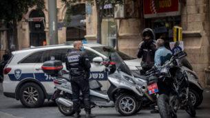 عناصر شرطة في شارع يافا في القدس، 10 اغسطس 2020 (Yonatan Sindel / Flash90)