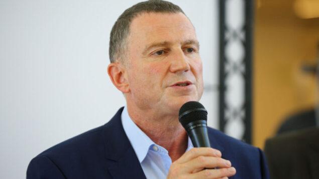 وزير الصحة يولي إدلشتين يعقد مؤتمرا صحفيا خلال زيارته لمستشفى أسوتا في أشدود، 20 أغسطس 2020 (Flash90)