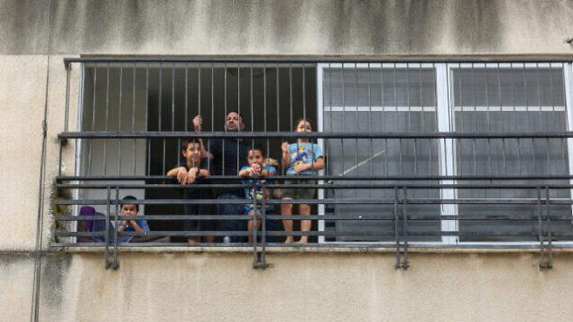 أب مع أطفاله في المنزل بعد أن صوتت الحكومة على إغلاق  المدارس في المناطق ذات معدلات الإصابة المرتفعة بكورونا ، في مدينة طبريا شمال إسرائيل ، 1 سبتمبر ، 2020. (David Cohen / Flash90)