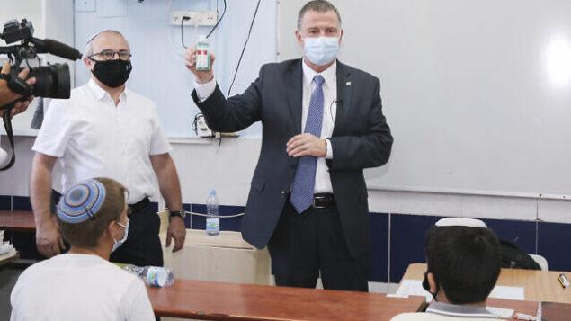 وزير الصحة يولي إدلشتين يزور الطلاب في اليوم الأول من المدرسة في مدرسة 'أوروت عتصيون' في إفرات، 1 سبتمبر، 2020. (Gershon Elinson / Flash90)