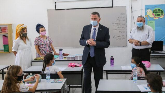 وزير الصحة يولي إدلشتين يزور الطلاب في اليوم الأول من المدرسة في مدرسة 'حين نيريا' في ألون شفوت، 1 سبتمبر، 2020. (Gershon Elinson / Flash90)