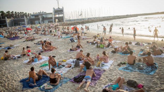 الإسرائيليون يستمتعون بالطقس الحار على الشاطئ في تل أبيب، 5 سبتمبر 2020 (Miriam Alster / FLASH90)
