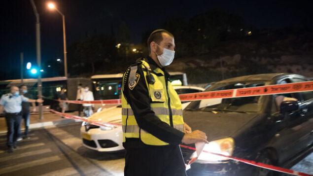 عناصر من الشرطة عند مدخل حي راموت الحريدي في القدس مع بدء سريان حظر تجول ليلي، 8 سبتمبر، 2020. (Yonatan Sindel / FLASH90)