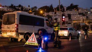 عناصر الشرطة الإسرائيلية عند مدخل حي راموت بالقدس بينما تفرض إسرائيل حظر تجول ليلي، تم تطبيقه على حوالي 40 مدينة في جميع أنحاء إسرائيل شهدت تفشي كبير لفيروس كورونا، 9 سبتمبر 2020 (Yonatan Sindel / Flash90)