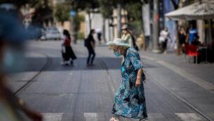 اشخاص يسيرون مع كمامات في شارع يافا بالقدس، 10 سبتمبر، 2020. (Yonatan Sindel / Flash90)