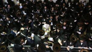 الحاخام أليميلخ بيدرمان ويهود متشددون يصلون من أجل المغفرة (سليحوت) في موقع دفن الحاخام شمعون بار يوخاي في ميرون، شمال إسرائيل، 12 سبتمبر 2020 (David Cohen / Flash90)