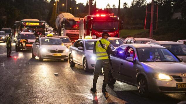 الشرطة الإسرائيلية عند مدخل حي راموت في القدس تفرض حظر تجول ليلي بهدف احتواء فيروس كورونا، 13 سبتمبر، 2020. (Yonatan Sindel / Flash90)