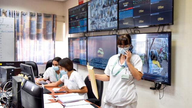 أفراد طاقم طبي في المركز الطبي 'سوروكا' في قسم الكورونا في المستشفى، بئر السبع، 15 سبتمبر، 2020. (Yossi Zeliger/Flash90)