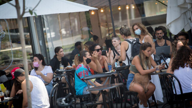 اشخاص يجلسون في مقهى في تل أبيب، 16 سبتمبر، 2020. (Miriam Alster / FLASH90)