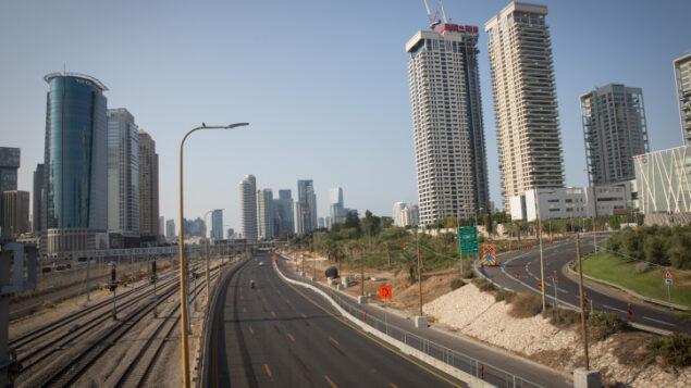 طريق أيالون السريع الخالي في تل أبيب، 20 سبتمبر 2020 (Miriam Alster / Flash90)