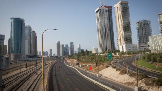 طريق أيالون السريع الخالي في تل أبيب، في 20 سبتمبر، 2020، وسط الإغلاق الثاني المفروض بسبب فيروس كورونا. (Miriam Alster/Flash90)