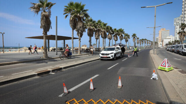 حاجز للشرطة في تل أبيب، 20 سبتمبر، 2020. (Menachem Lederman / Flash90)