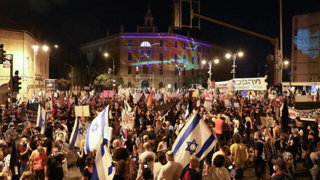 متظاهرون ضد رئيس الوزراء بنيامين نتنياهو، خارج مقر إقامته الرسمي في القدس، 20 سبتمبر 2020. (Olivier Fitoussi/Flash90)