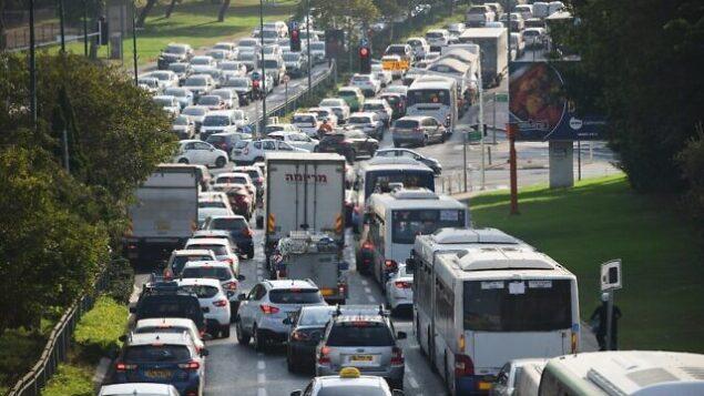 ازدحام مروري في تل أبيب حيث وضعت الشرطة حواجز تفتيش مؤقتة خلال إغلاق في جميع أنحاء البلاد فرضته الحكومة في محاولة لوقف انتشار فيروس كورونا، 21 سبتمبر، 2020. (Avshalom Sassoni / Flash90)