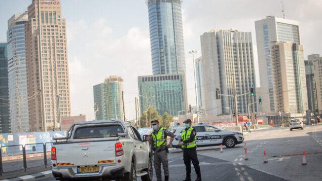 الشرطة تنصب حاجزا مؤقتا في شارع مناحيم بيغن في تل أبيب، 23 سبتمبر ، 2020. (Miriam Alster / Flash90)