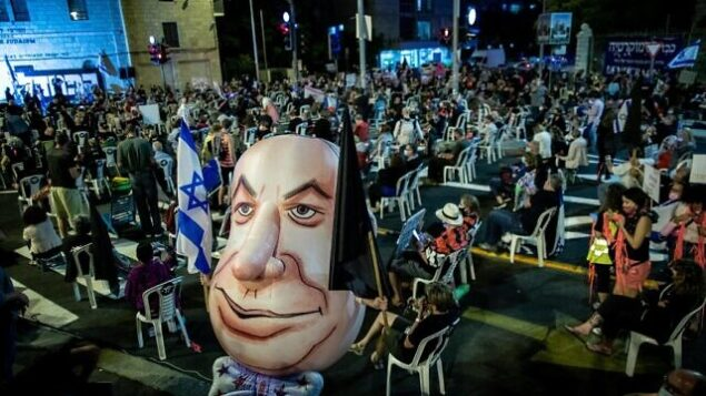 متظاهرون يتظاهرون ضد رئيس الوزراء بنيامين نتنياهو، خارج مقر إقامته الرسمي في القدس، 24 سبتمبر، 2020. (Yonatan Sindel / Flash90)