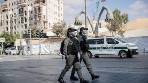 دورية للشرطة خارج سوق محانيه يهودا في القدس، 25 سبتمبر، 2020. (Yonatan Sindel / Flash90)