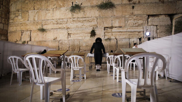 رجال يهود يصلون طلبا للمغفرة (سليحوت)، عند حائط المبكى، في البلدة القديمة في القدس، 26 سبتمبر 2020 (Yonatan Sindel / Flash90)