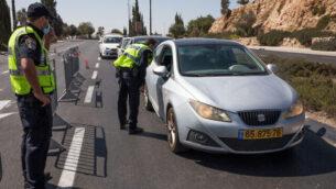 الشرطة عند حاجز مؤقت في القدس، 27 سبتمبر 2020، خلال إغلاق شامل للبلاد (Nati Shohat / Flash90)