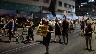 اشخاص يتظاهرون ضد الحكومة امام مقر شرطة اسرائيل لواء تل ابيب، 29 سبتمبر، 2020. (Tomer Neuberg / Flash90)