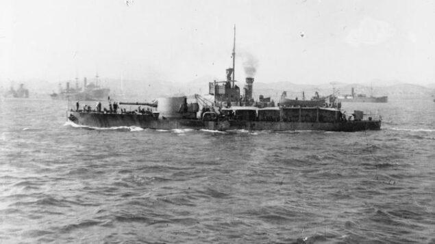 صورة غير مؤرخة لسفينة المراقبة البريطانية HMS M15 في مودروس، اليونان. (Public domain/Wikipedia)