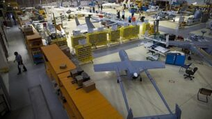 توضيحية: طائرات بدون طيار في حظيرة طائرات في شركة الصناعات الجوية الإسرائيلية، بالقرب من تل أبيب، 28 مايو، 2013. (AP / Oded Balilty)