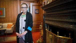 القاضية روث بادر غينسبورغ في غرفتها بالمحكمة العليا بواشنطن، 31 يوليو 2014 (AP Photo / Cliff Owen، File)