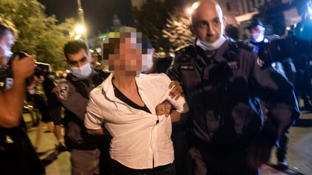 الشرطة تعتقل رجلا يُزعم أنه حاول دهس متظاهرين خلال مظاهرة ضد رئيس الوزراء بنيامين نتنياهو خارج منزله في القدس، 20 سبتمبر، 2020. (Yonatan Sindel / Flash90)
