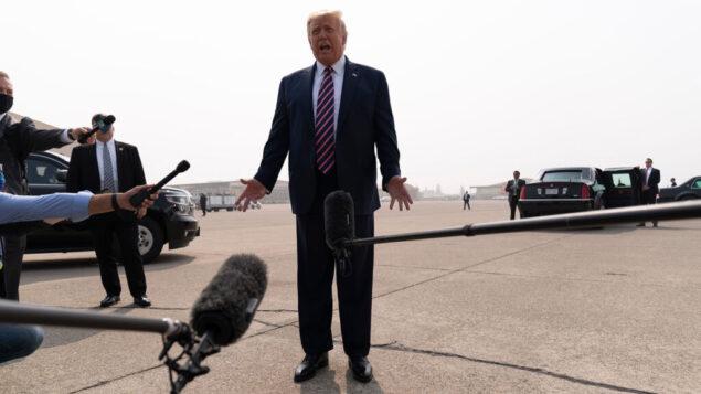 الرئيس الأمريكي دونالد ترامب يتحدث للصحفيين عند وصوله إلى مطار ساكرامنتو ماكليلان، في ماكليلان بارك، كاليفورنيا، 14 سبتمبر 2020 (AP Photo / Andrew Harnik)