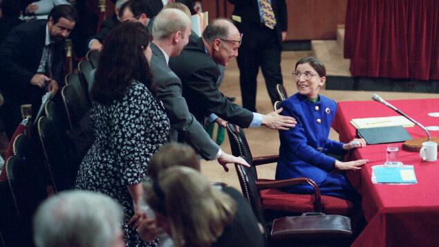 روث بادر غينسبورغ مع زوجها مارتين خلال جلسة التأكيد أمام اللجنة القضائية لمجلس الشيوخ في الكابيتول هيل في واشنطن، 20 يوليو 1993 (AP Photo / John Duricka)