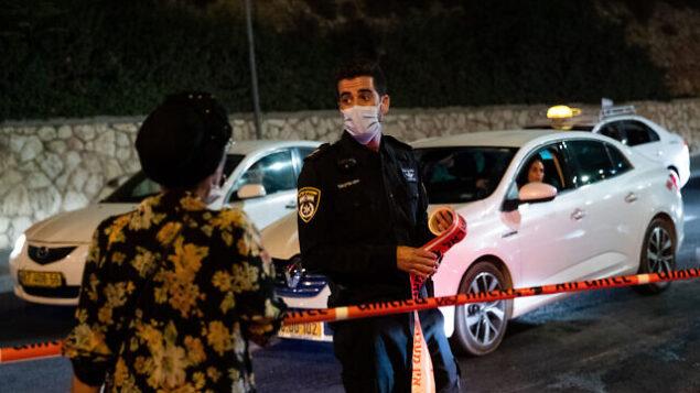 الشرطة عند مدخل حي راموت في القدس مع دخول حظر تجول بسبب فيروس كورونا حيز التنفيذ، 8 سبتمبر، 2020. (Yonatan Sindel / Flash90)