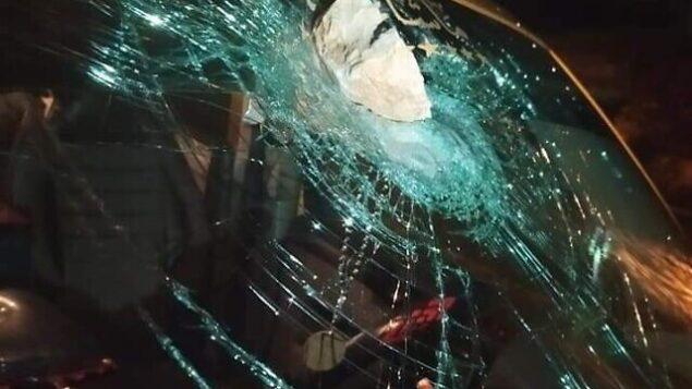 مركبة ركبها اأربعة فلسطينيين يُزعم أنها تعرضت للرشق بالحجارة من قبل مجموعة من المستوطنين بالقرب من ترمسعيا في الضفة الغربية، 3 سبتمبر، 2020. (Credit: Palestinian Red Crescent)