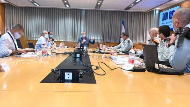 وزير الدفاع بيني غانتس في اجتماع لتقييم تعامل الجيش الإسرائيلي مع فيروس كورونا، 21 سبتمبر 2020 (Ariel Harmoni / Defense Ministry)