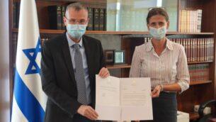 رئيس الكنيست ياريف لفين، من اليسار، يعين عضو الكنيست ميخال كوتلر-فونش منسقة خاصة للكنيست للقضايا المتعلقة بالمحكمة الجنائية الدولية، 23 سبتمبر 2020 (courtesy)