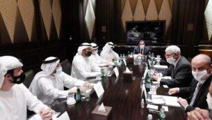 مسؤولون إماراتيون وإسرائيليون يناقشون اتفاقيات التعاون المستقبلية في أبو ظبي، 31 أغسطس 2020 (Amos Ben-Gershom / GPO)