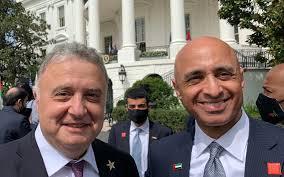 سفير إسرائيل لدى ألمانيا جيريمي يسسخاروف، من اليسار، وسفير الإمارات لدى الولايات المتحدة يوسف العتيبة، في البيت الأبيض، 15 سبتمبر، 2020. (Courtesy)