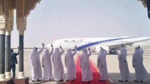 مندوبو الإمارات العربية المتحدة يلوحون إلى طائرة 'ال عال' المغادرة في ختام محادثات التطبيع الإسرائيلية-الإماراتية برعاية الولايات المتحدة، في أبو ظبي، 1 سبتمبر، 2020. (El Al Spokesperson's office)