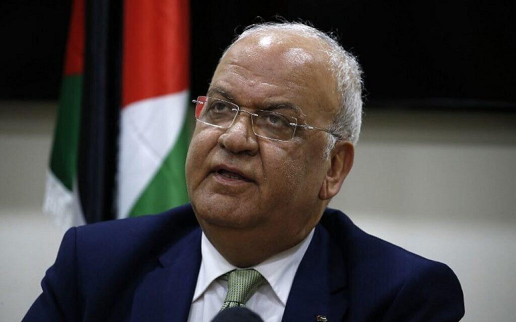 صائب عريقات، أمين سرّ اللجنة التنفيذية لمنظمة التحرير الفلسطينية، يتحدث مع وسائل الإعلام بعد اجتماعه مع دبلوماسيين في مدينة بيت لحم بالضفة الغربية،  30 يناير، 2019. (Abbas Momani/AFP)