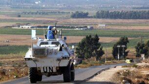 مركبات تابعة لقوات حفظ السلام التابعة للامم المتحدة تسير في طريق على طول الحدود الاسرائيلية اللبنانية بالقرب من بلدة كفركلا في جنوب لبنان، 1 سبتمبر، 2019. (Ali Dia / AFP)