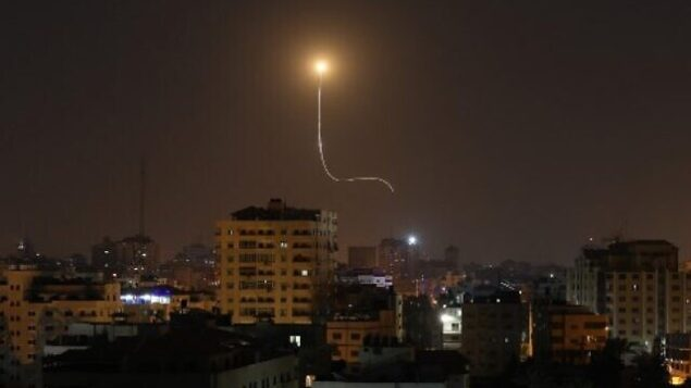 توضيحية: صاروخ اسرائيلي انطلق من نظام القبة الحديدية للدفاع الصاروخي، مصمم لاعتراض وتدمير الصواريخ قصيرة المدى وقذائف المدفعية ، كما يظهر في سماء مدينة غزة، 13 نوفمبر، 2019. (Mahmud Hams / AFP)